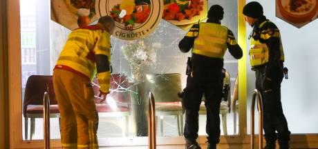 Stoeptegel door raam bij AYF Kebabzaak in Apeldoorn, eettent was nog maar net open