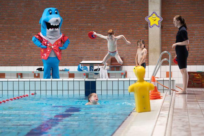 Breda Pix4Profs/René Schotanus. Sepp, Sem en Isabella krijgen eindelijk weer zwemles in Sonsbeeck.