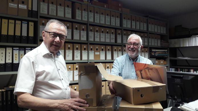 Sjef Smeets (links) en Ton Steenbakkers bij de overdracht van het archief in de kelder van het gemeentehuis.