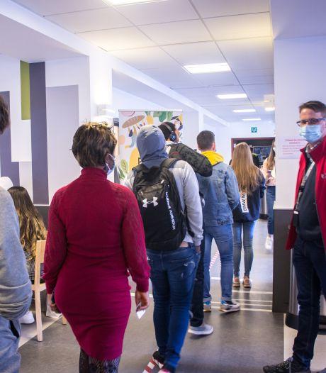 """Les étudiants font la file tous les jeudis à la distribution de colis de l'ULiège: """"Financièrement, ce n'est pas facile"""""""