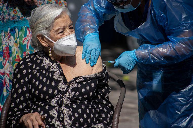 Een Chileense vrouw wordt gevaccineerd. Beeld AP