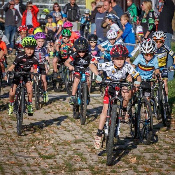 Eerste cyclocross van wielervereniging Moerdijk. In de ochtend waren de allerkleinsten aan de beurt, zoals hier de 5 en 6-jarigen. Een fanatieke start, die na een valpartij werd overgedaan.