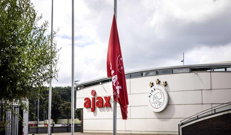De vlaggen hangen halfstok bij sportcomplex de Toekomst, nadat bekend is geworden dat de zestienjarige Ajaxjeugdspeler Noah Gesser en zijn broer zijn omgekomen bij een verkeersongeluk bij IJsselstein. Beeld ANP
