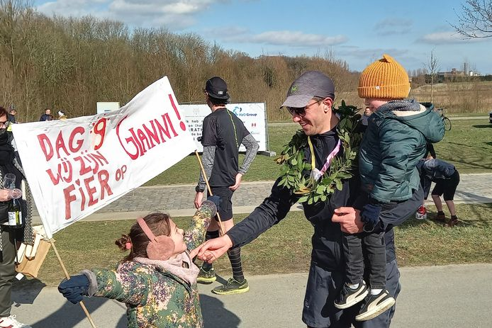 Gianni werd aan de finish door zijn vrouw en kinderen opgewacht.