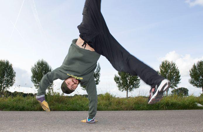 Breakdancer Jeroen van der Linden (31) tijdens zijn tocht radslagen van Gorinchem naar Nieuwegein.