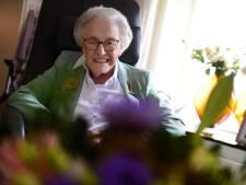 Bij honderdjarige Willy uit Delden staan de tafels nu vol met bloemen