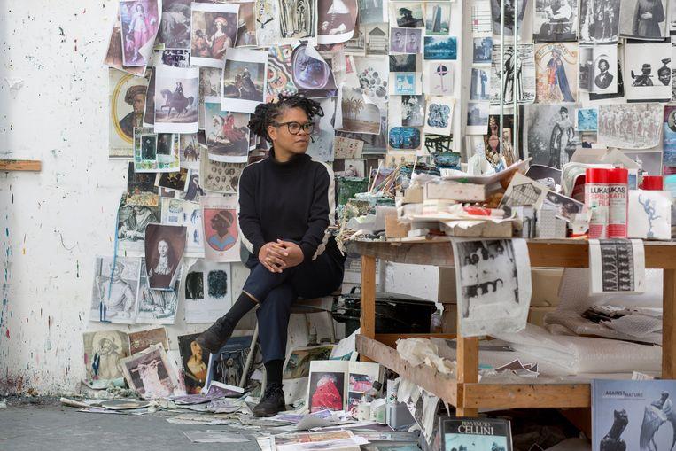 Natasja Kensmil, kunstenaar, in haar atelier.  Beeld Maartje Geels