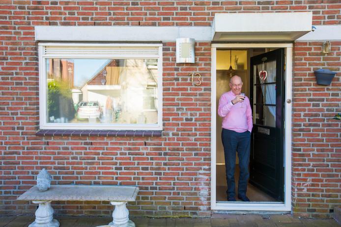 Max van Dijk staat in de deuropening. Hij heeft een kaartje gekregen van vrijwilligers van de Zonnebloem. Van Dijk komt door het coronavirus niet veel meer buiten. Zijn wijntje drinkt hij noodgedwongen thuis.