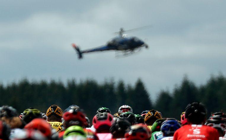 Renners worden behalve vanuit de helikopter, de laatste jaren ook in hotels en ploegbussen door camera's gevolgd. Beeld AP
