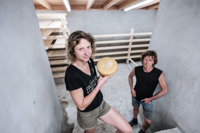 Gerjo Koskamp en Jara van Rooij in de kaasmakerij.