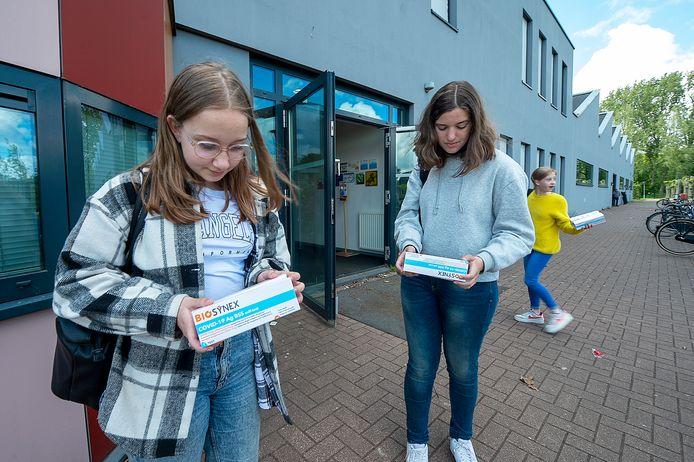 Tweedejaarsleerlingen van 't Ravelijn in Steenbergen, onder wie Gwen Goossens (l) en Maret Schilperoord, hebben zojuist de corona-zelftests uitgereikt gekregen.