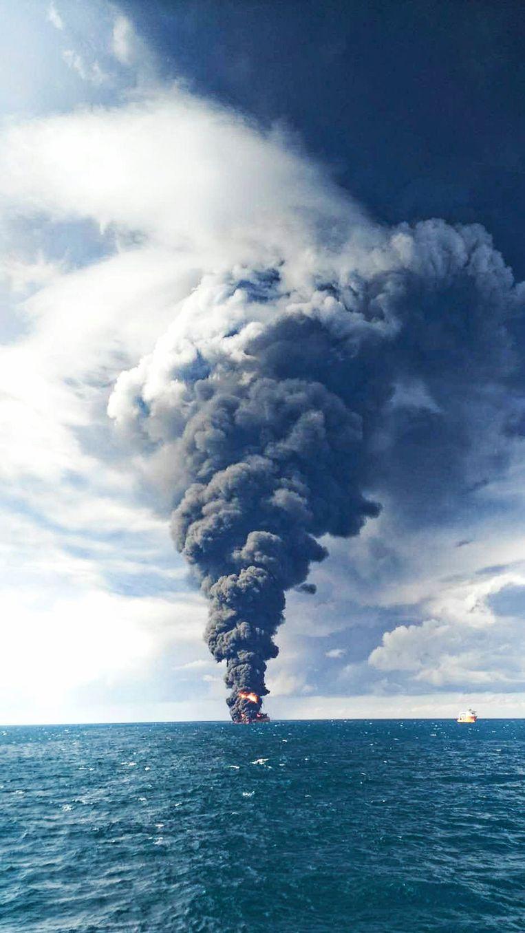 De Iraanse olietanker Sanchi brandde vorige week uit op de Zuid-Chinese zee. De foto werd op 15 januari vrijgegeven door de Chinese autoriteiten. Beeld EPA