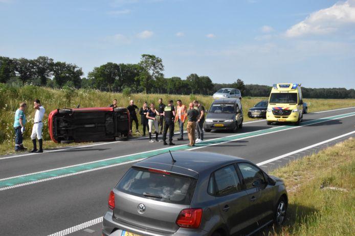 De N34 is bij Hardenberg Oost afgesloten vanwege een ongeval waarbij een auto over de kop sloeg.