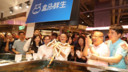 Alibaba oprichter Jack Ma in de Chinese Hema supermarkt.