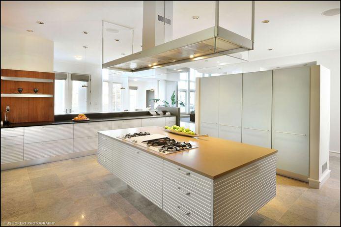 De gigantische keuken.
