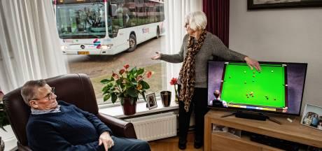 Bewoners Hatert zijn 20 bussen per uur langs hun huis zat: 'Soms zit ik zelfs op de bank te trillen'