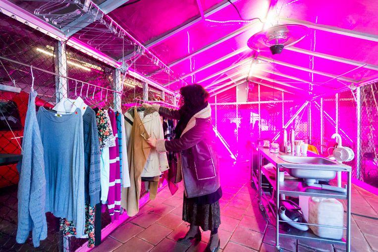 De 'Klerekas' van Cascoland biedt tweedehands kleding en een repair café Beeld Sander Groen