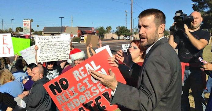 Anderson spreekt Amerikanen toe die tegen hem protesteren voor de ingang van zijn Faithful Word Baptist Church. Foto Ryan Van Velzer/AZcentral