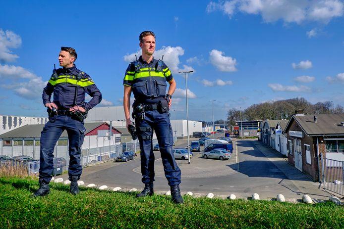 Benjamin Mulder (links) en Kevin Steenbruggen zijn binnen het Dordtse politiekorps verantwoordelijk voor de industrieterreinen.