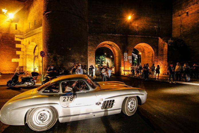 Altijd een blikvanger: een Mercedes Benz 300 SL Coupé W1 uit 1955 arriveert in Rome.
