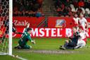 Luuk de Jong glijdt de 2-2 binnen, vorig seizoen. FC Utrecht geeft een 2-0 voorsprong weg.