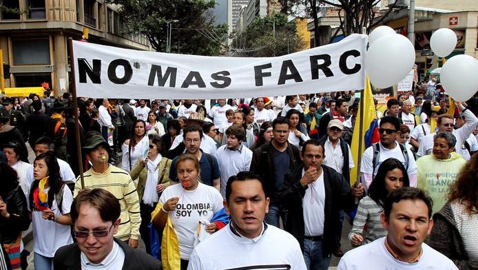 Colombianen protesteren tegen de FARC.