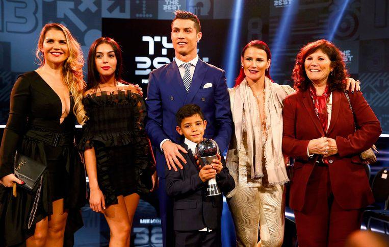 Een foto van de familie Ronaldo, met van links naar rechts: zus Katia, partner Georgina Rodriguez, Cristiano en zoontje Cristiano jr., zus Elma en moeder Maria Dolores.