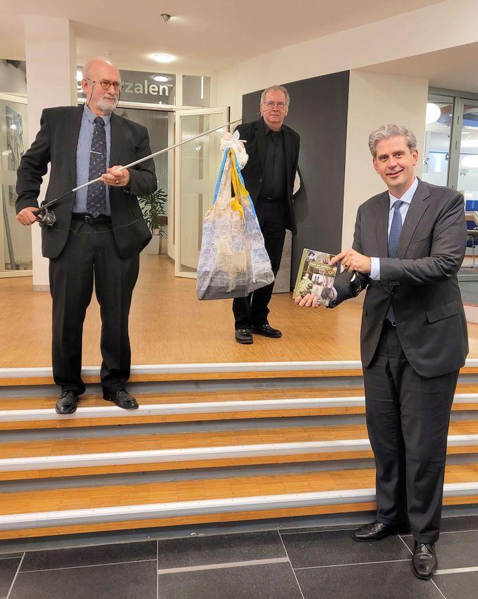 Burgemeester Kolff kreeg het eerste exemplaar van het boekje 'Canon van Dordrecht' met een vishengel uitgereikt voor zijn dochtertje Beaudine.