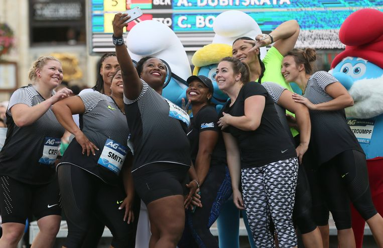 epa05530588 Michelle Carter (C) of the USA poses for a selfie with other competitors after winning the Women's Shot Put competition at the Memorial Van Damme IAAF Diamond League international athletics meeting in the Brussels' Grand place, Belgium, 08 September 2016.  EPA/OLIVIER HOSLET Beeld EPA