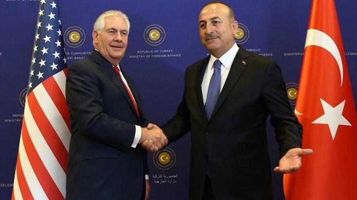 Links: Amerikaans Minister van Buitenlandse Zaken Rex Tillerson Rechts: de Turkse minister van Buitenlandse Zaken Mevlut Cavusoglu