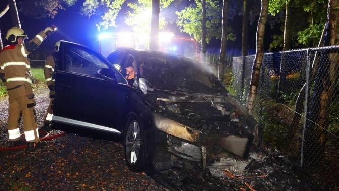 Auto verwoest door aangestoken brand in Helvoirt: vermoedelijke dader staat op videobeeld