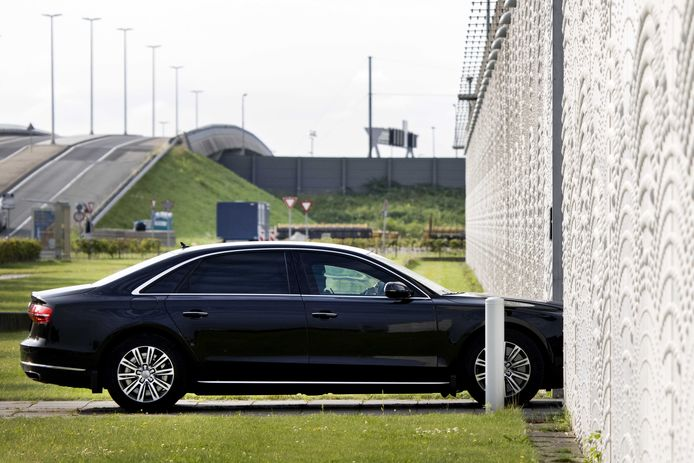 Een beveiligd transport komt aan bij Justitieel Complex Schiphol, voorafgaand aan het pleidooi van de advocaten van Moreno B. en Giërmo B..