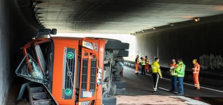 Chauffeur onder invloed kantelt met vrachtwagen bij Rijnsweerd,  weet wel zelf uit cabine te komen
