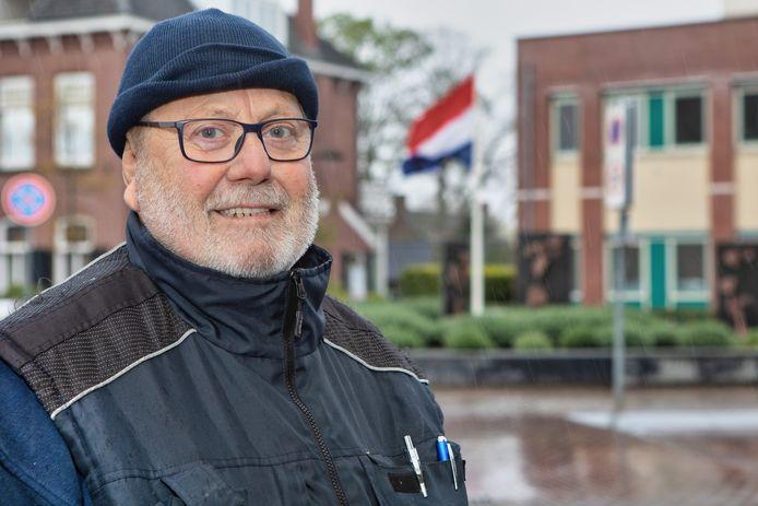 Raamsdonksveer - Willie Ripzaad heeft vanuit zijn appartement uitzicht op het monument.