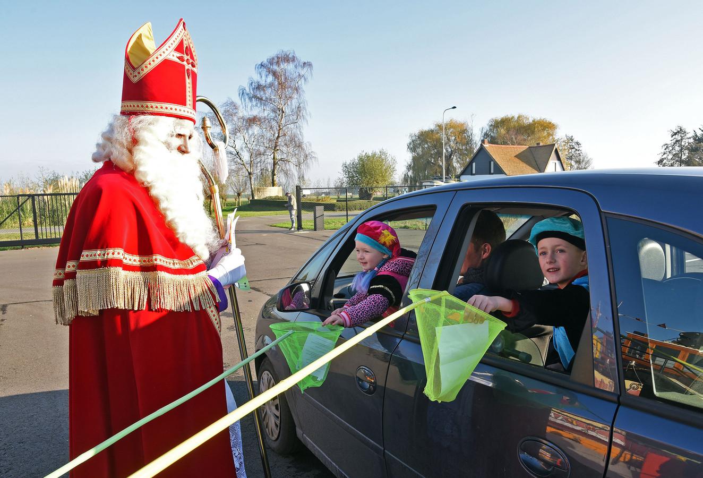 Evi (3) en Cas (5) doen hun tekening in een netje voor Sinterklaas.