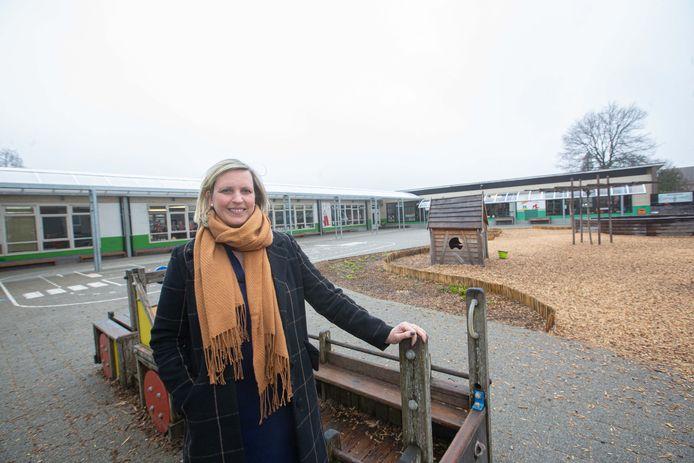 Directeur Katleen Van Lemmens van De Leertrommel met in de achtergrond de afgeleefde kleuterafdeling die gerenoveerd wordt.