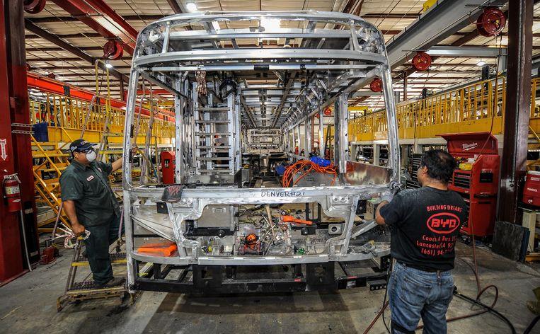 In de elektrische bussenfabriek van BYD in Lancaster werken 600 mensen. Beeld Hollandse Hoogte / Eyevine