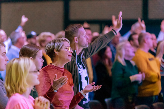Samenkomst in de Mozaiek033 in Nijkerk. De beleving onder gelovigen is groot.