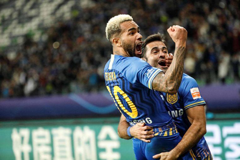 Alex Teixeira (l) viert een doelpunt in de finale van de Chinese Super League.  Beeld AFP