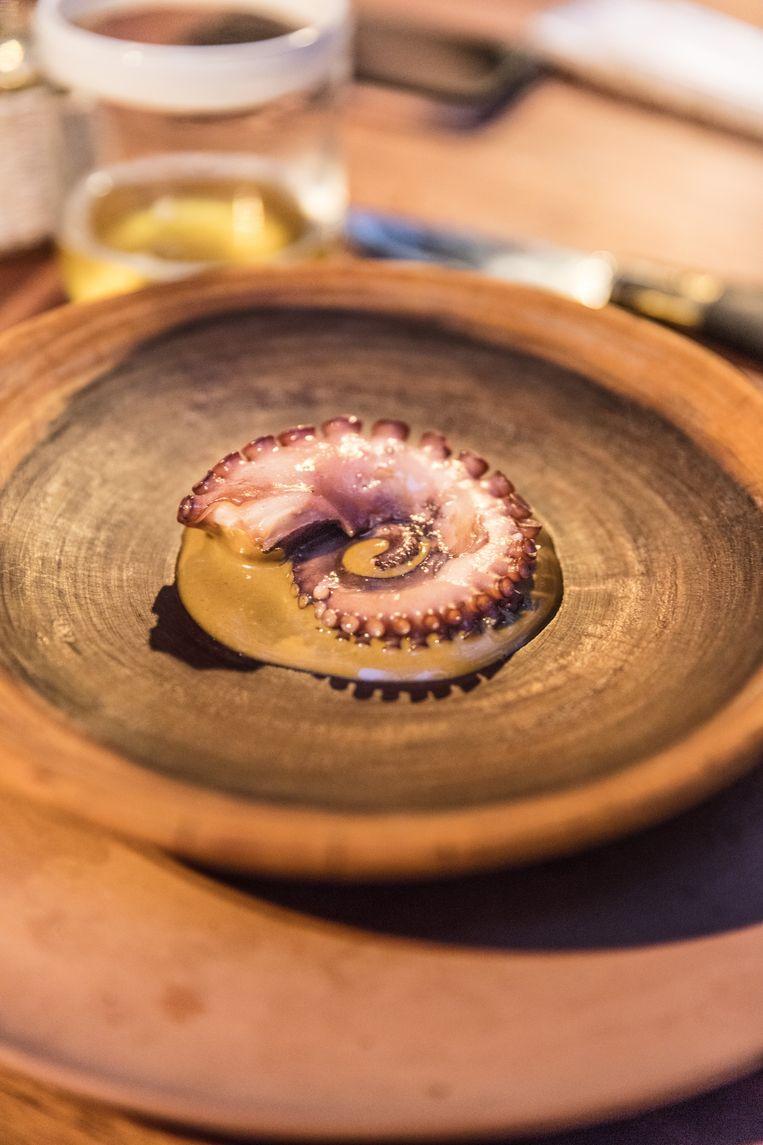 De saus bij deze octopus is een six page recipe. Bord aflikken is toegestaan. Beeld Piet De Kersgieter