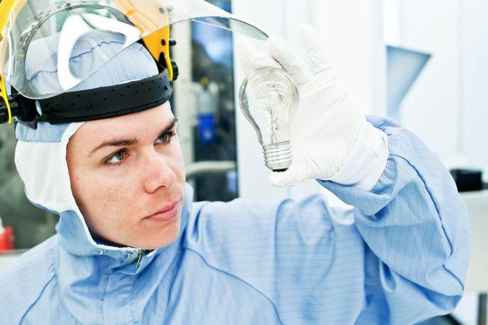 Een ingenieur onderzoekt verlichting in een laboratorium in het kader van kwaliteitscontrole.