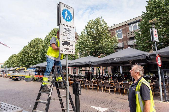 De borden die wijzen op het fietsverbod.