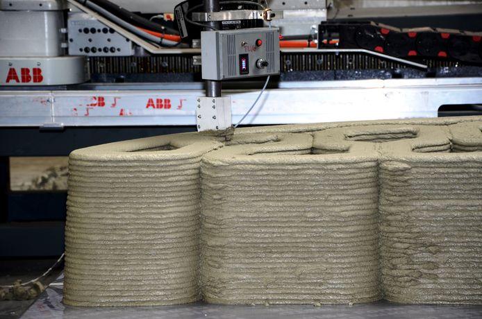 Het eerste deel van de loopbrug voor de Nijmeegse wijk Zwanenveld wordt in Eindhoven door een 3D-printer uit beton geprint.