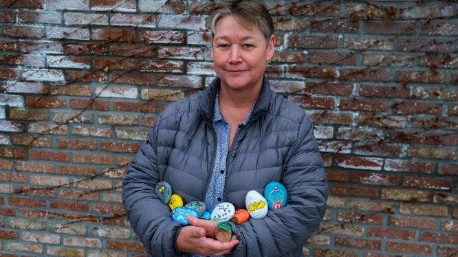 """Linda (56) verrast wandelaars met beschilderde steentjes: """"Niks mooiers dan anderen een klein geluksmomentje te bezorgen"""""""