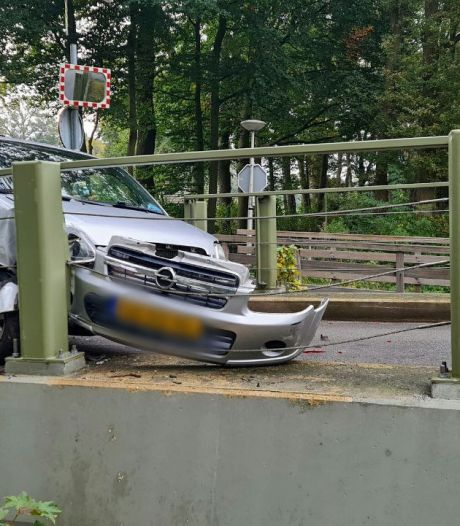 Auto botst op Esmarkerbrug na aanrijding in Enschede, verkeer wordt omgeleid
