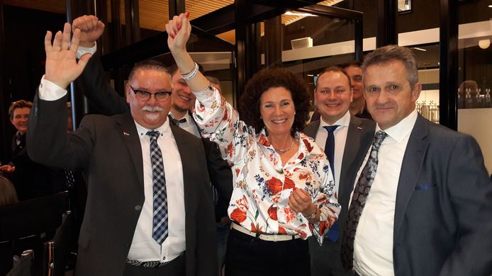 Brigitte Clercx (midden) bij de uitslag van de gemeenteraadsverkiezingen in 2018. Rechts fractievoorzitter Ad Vissenberg.