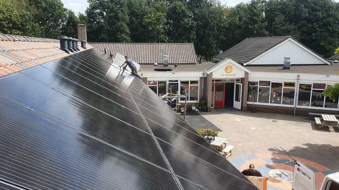 Op het dak van Het Anker zijn 56 zonnepanelen gelegd.