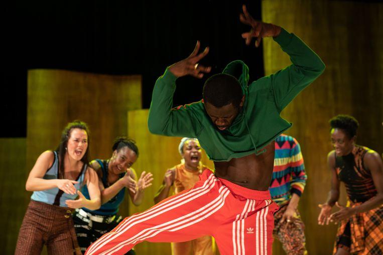 De spelscènes gaan moeiteloos over in energiek gedanste choreografieën. Beeld Sjoerd Derine