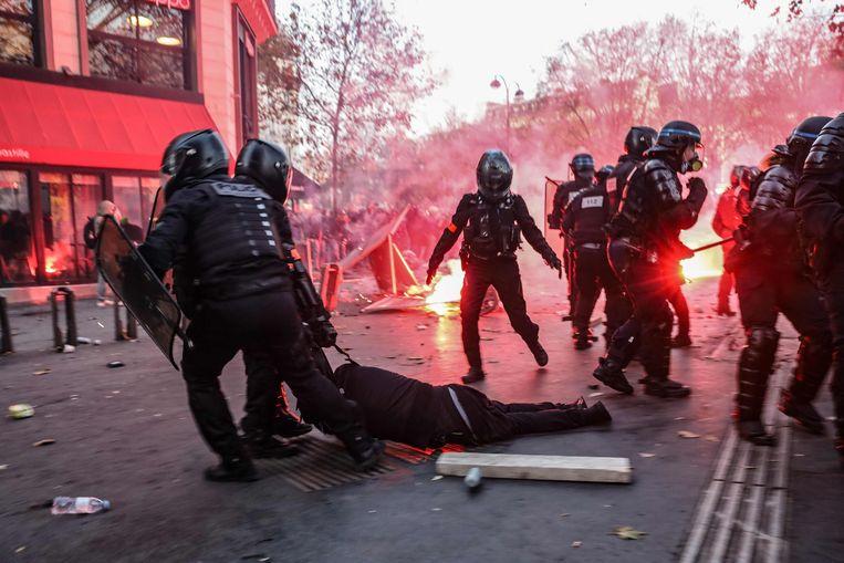 Hevige protesten in Parijs na het omstreden Franse wetsvoorstel. Beeld AFP