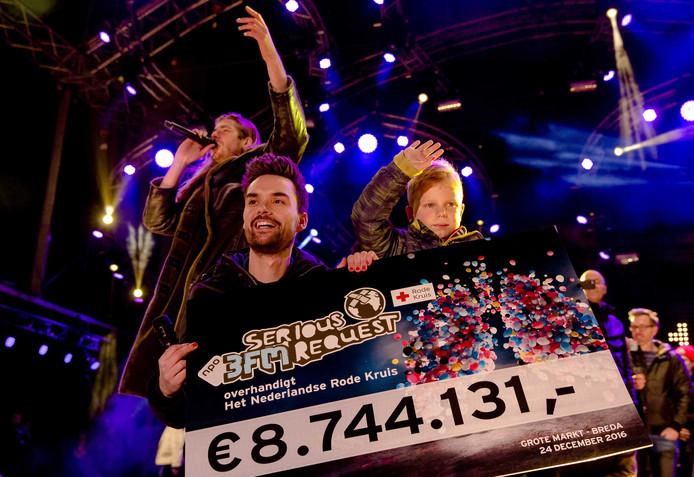 2016-12-24 22:31:30 BREDA - Domien Verschuuren, Tijn en Frank van der Lende vieren feest. 3FM djs Domien Verschuuren en Frank van der Lende tonen het opgehaalde eindbedrag op het podium bij het Glazen Huis, waar ze de afgelopen zes dagen live radio hebben gemaakt en geld hebben opgehaald voor Serious Request. ANP KIPPA SANDER KONING